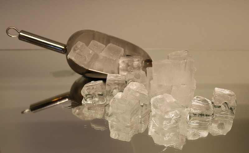 Ice_cubes_with_shovel_2